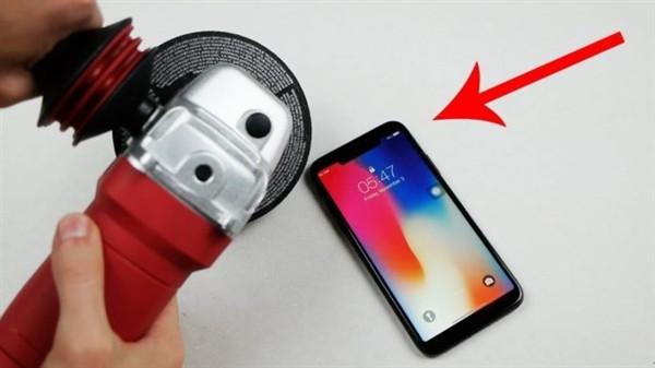 苹果手机iPhone X刘海真难看!国外小伙子拿电锯裁掉了!