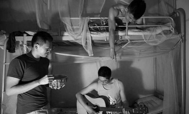 大学生活男生宿舍弹小提琴