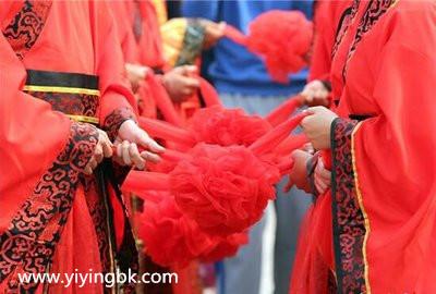 国庆节结婚,穿中国传统结婚红色服装。