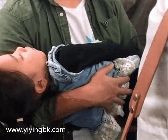 爸爸抱熟睡女儿坐地铁,40分钟都无人让座,爸爸的行为却让人泪目!