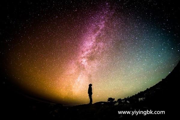 宇宙到底什么样?并不平坦,像一个封闭的充气气球!